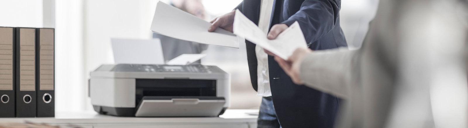 Papier aus dem Drucker