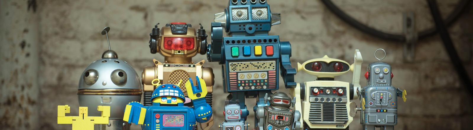Kleine, süße Roboter nebeneinander aufgestellt.