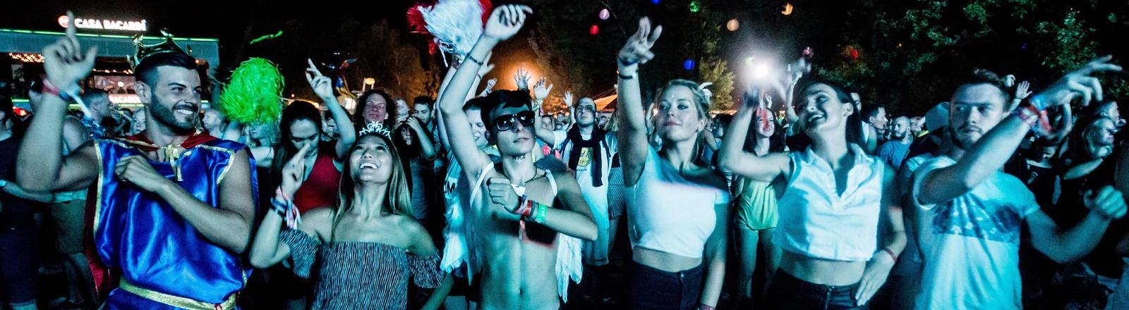 Techno peoples bei einem Festival in Budapest. David Guetta hat aufgelegt.