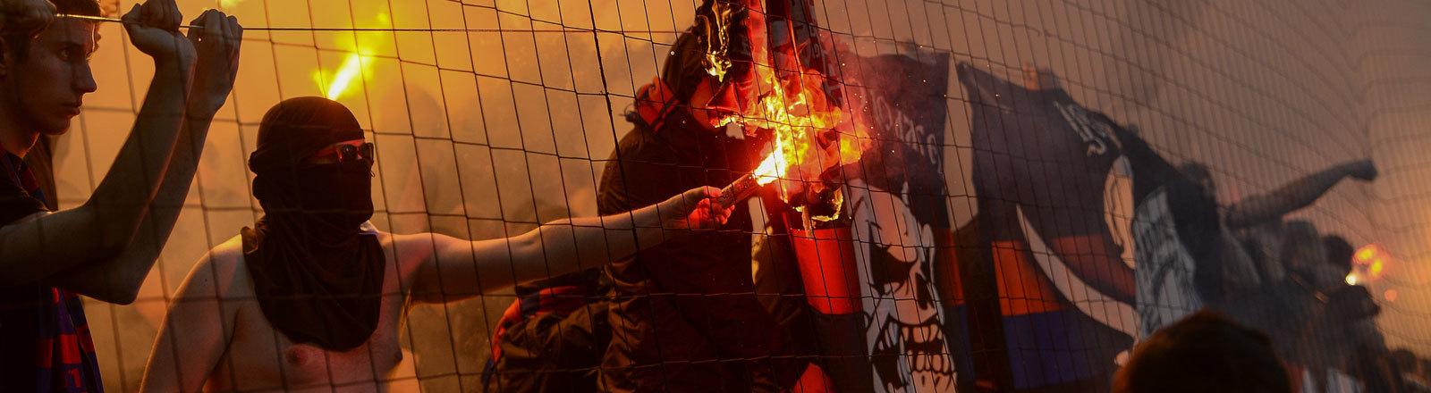 CSKA Fans verbrennen am 30.04.2017 Spartak Flagge während dem Spiel CSKA Moskau gegen Spartak Moskau.