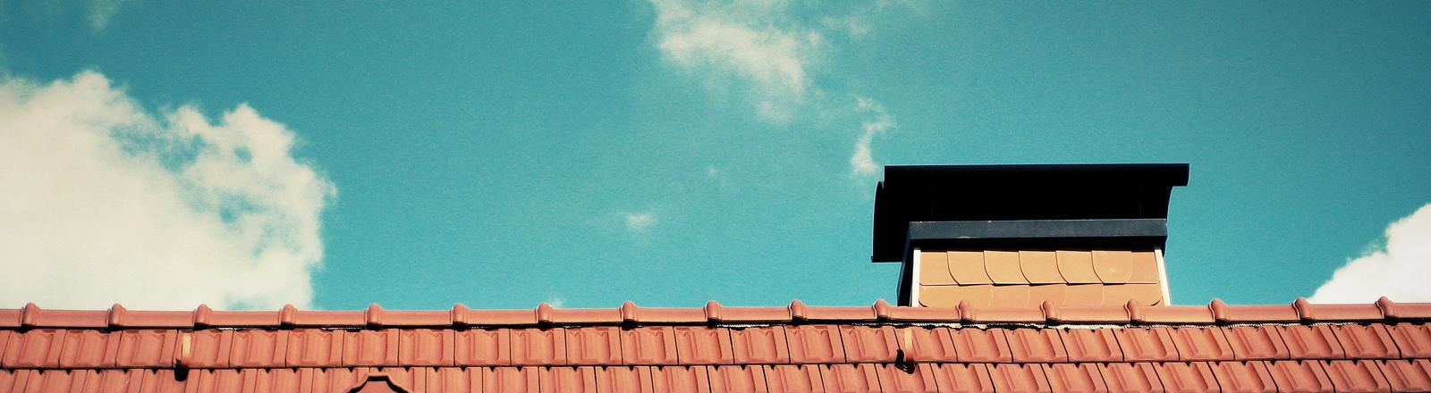 Ein Hausdach in der Sonne