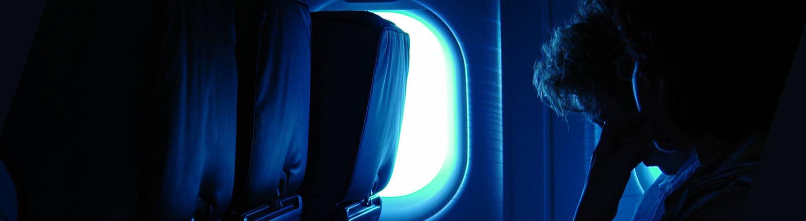 Fluggäste bei Nacht