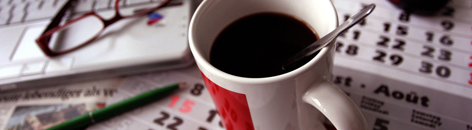 Kaffeetasse Kalender Maus Laptop Arbeitsplatz