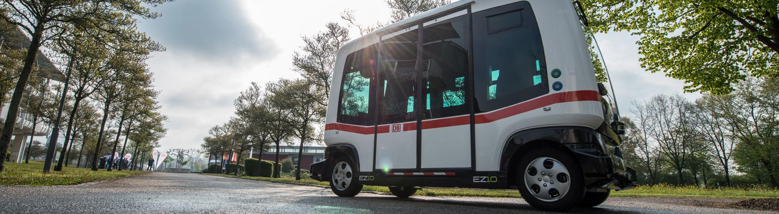 Ein autonom fahrender Bus fährt am 29.04.2017 in Bad Birnbach (Bayern) auf einer Teststrecke. Der erste selbstfahrende Bus im öffentlichen Nahverkehr in Deutschland soll ab Herbst durch den Ort im Landkreis Rottal-Inn rollen. Die Deutsche Bahn (DB) hat das auf zwei Jahre angelegte Pilotprojekt in dem niederbayerischen Kurort vorgestellt.