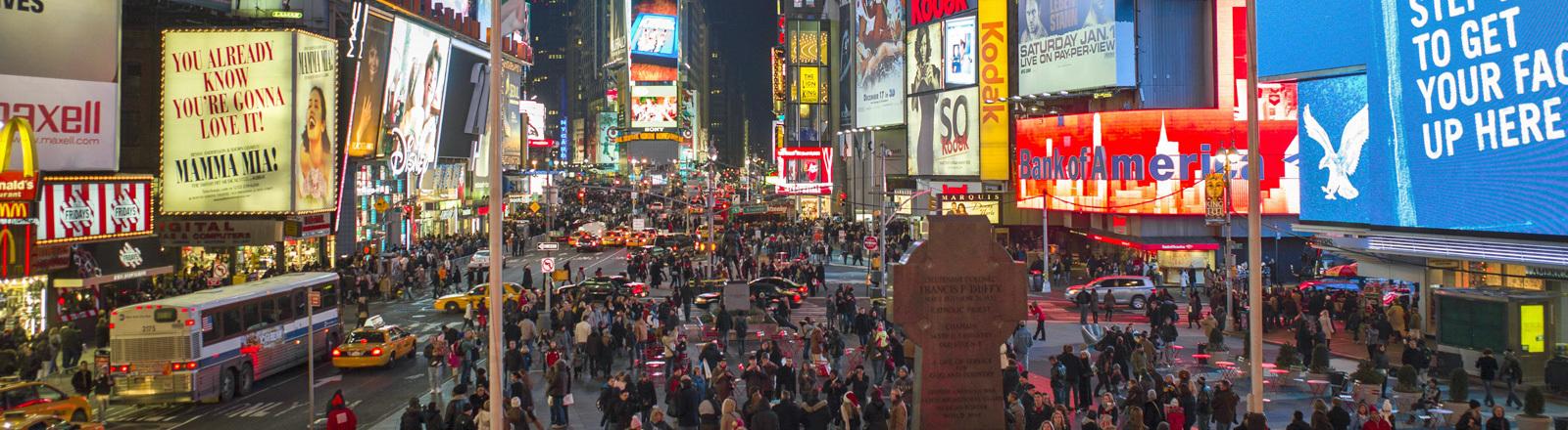 New York bei Nacht. Es ist laut.