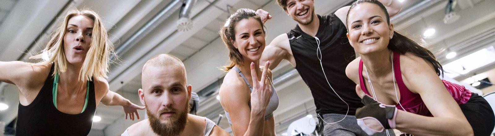 Motivierte Menschen im Fitnesstudio.