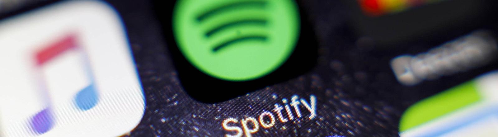Verschiedene Apps auf einem Handy-Display, darunter auch Spotify.
