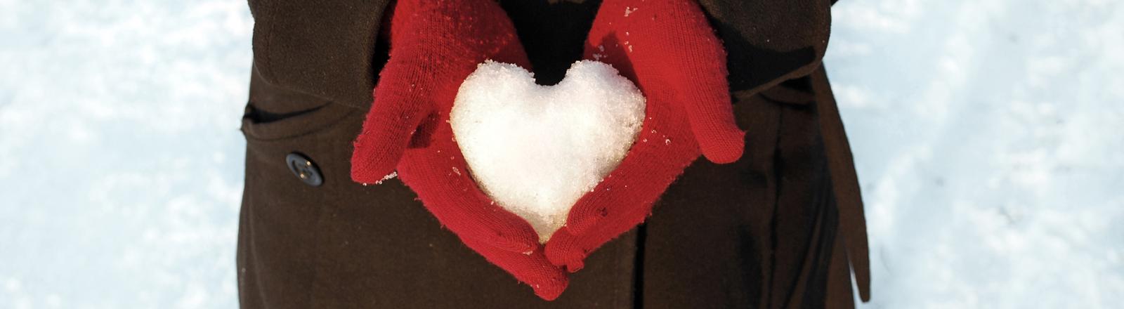 Schneeherz im Handschuh