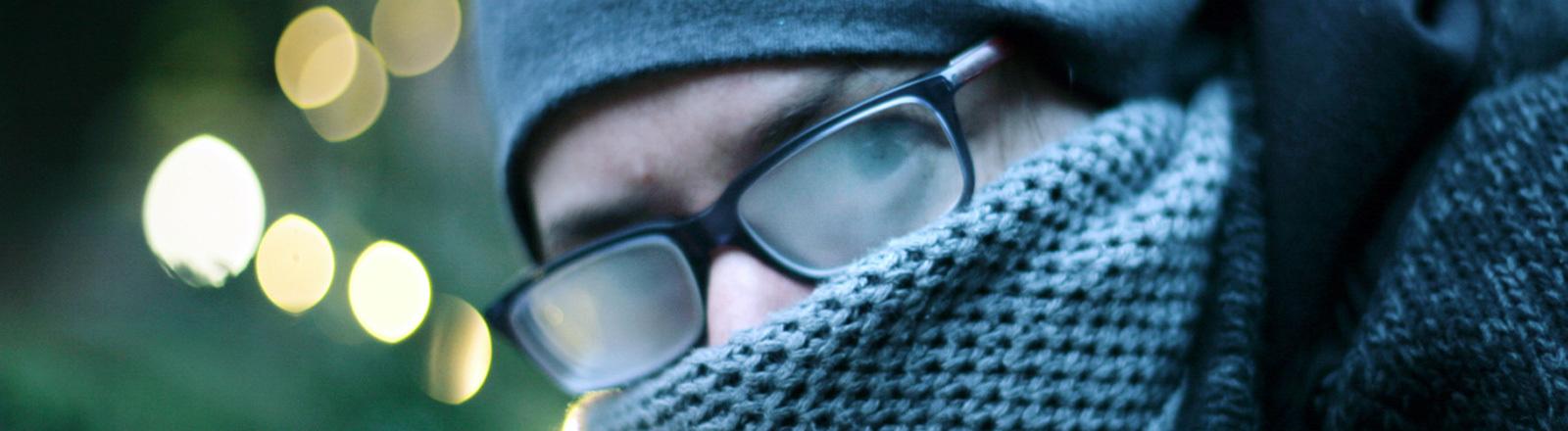 Frieren in der Kälte. Sogar die Brillengläser beschlagen.