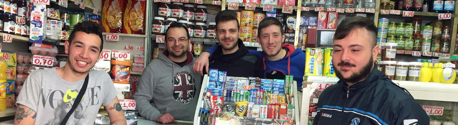 Jugendliche und junge Erwachsene in einem Kiosk in Neapel.