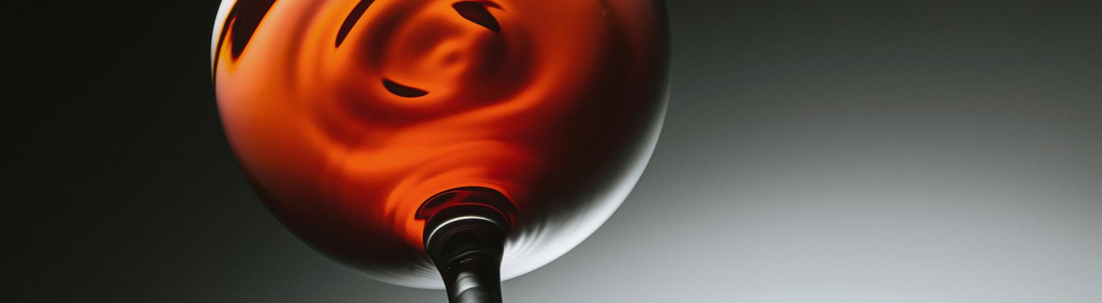 Ein Weinglas mit Rotwein.