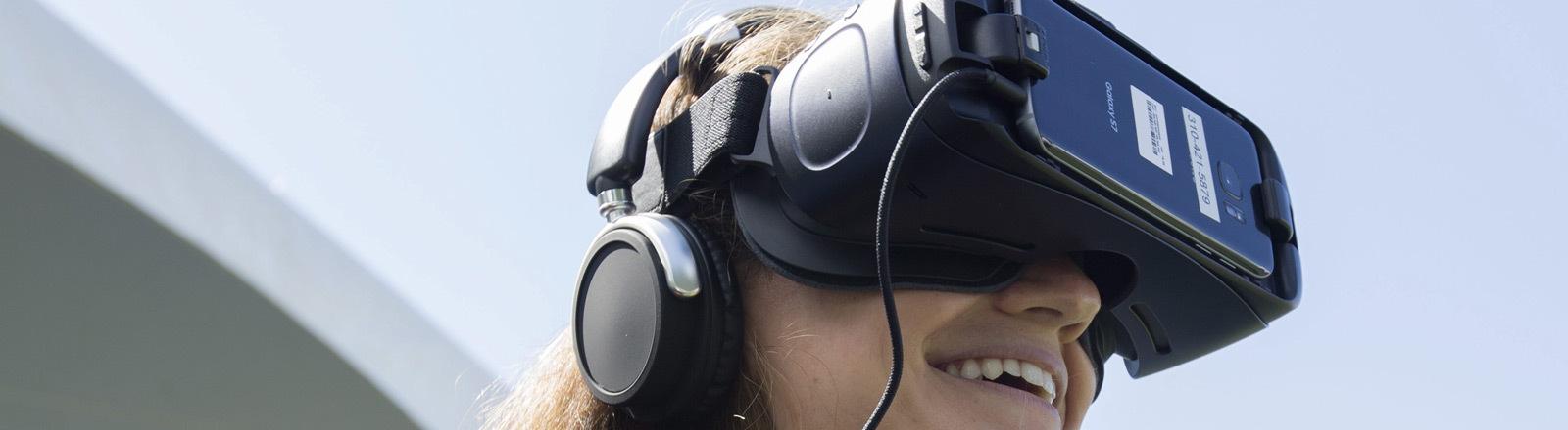 Eine Frau mit einer Virtual-Reality-Brille.