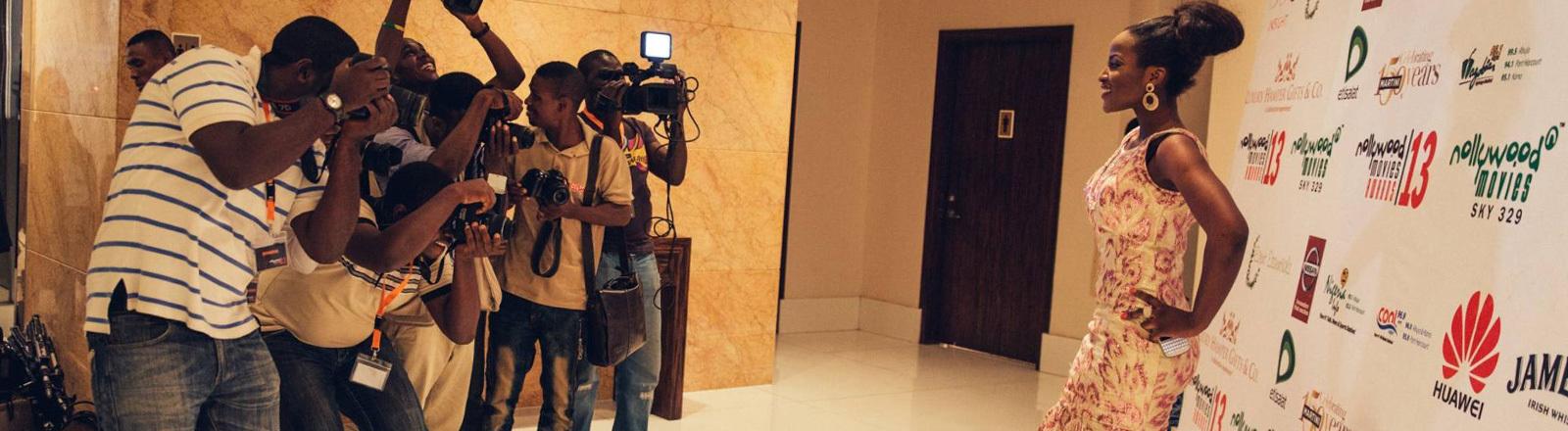 Fotoshooting auf dem roten Teppich von Nollywood.