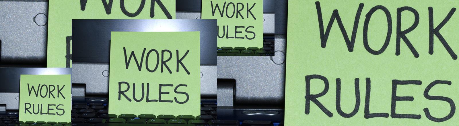 Laptoptastatur mit einem Schild auf dem steht: Work rules.