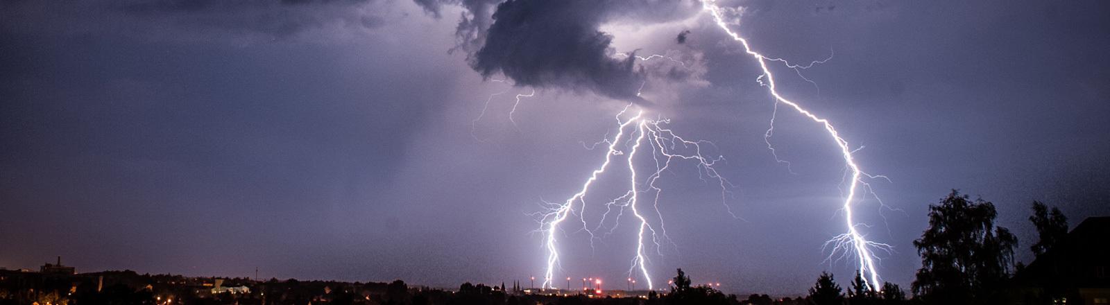 Der Himmel nahe der Stadt Görlitz (Sachsen) wird in der Nacht zum 04.08.2013 von Gewitterblitzen erhellt. Vielerorts findet die extreme Hitze mit heftigen Gewittern ein vorläufiges Ende.