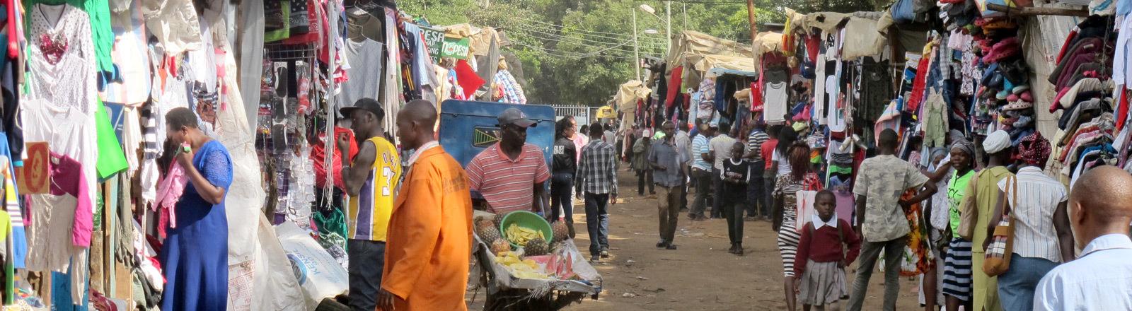 Ein Second-Hand-Markt für Kleidung in Kenia.