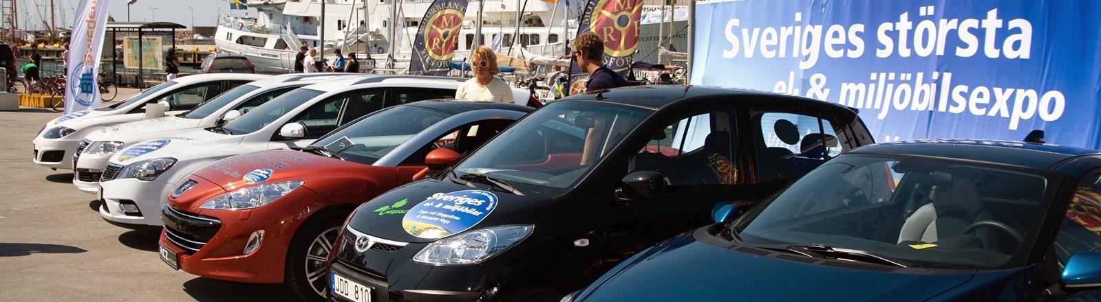 Geparkte Autos in Schweden.