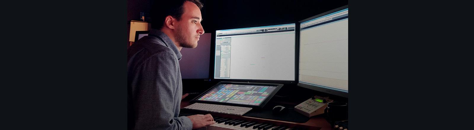 Filmkomponist Steffen Thum bei der Arbeit an seinem Computer.