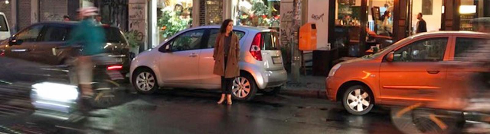 Katharina Kühn wartet auf ein Taxi - in diesem Fall auf einen Berlkönig.
