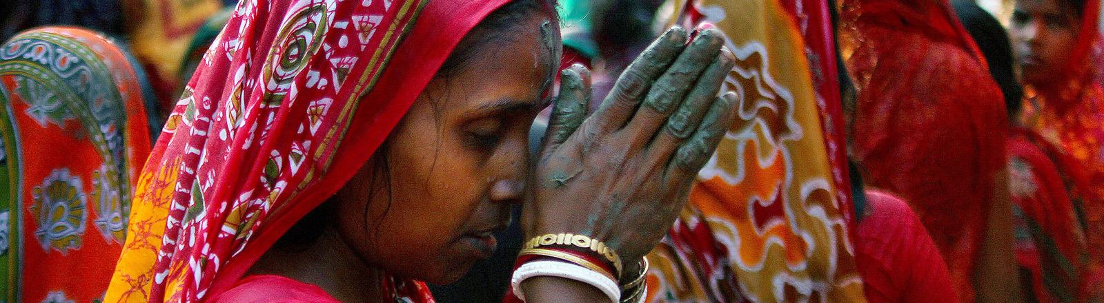 Eine indische Frau betet.
