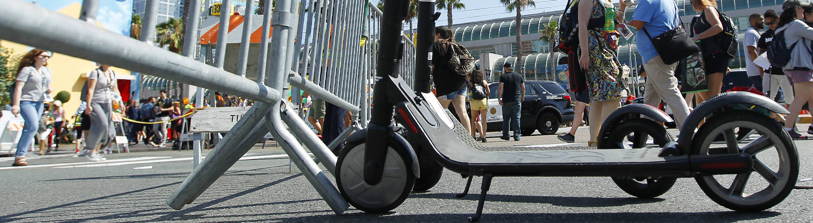 Ein E-Scooter steht auf der Straße.