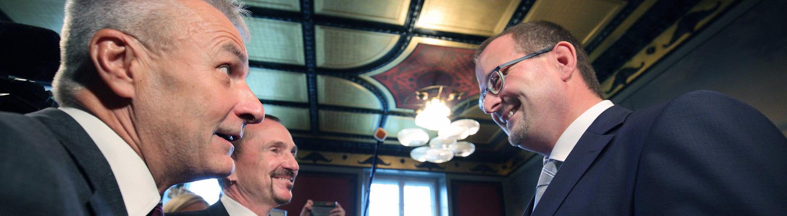 Unter grosser oeffentlicher Aufmerksamkeit ist am Sonntag (01.10.2017) in Berlin das bundesweit erste homosexuelle Paar getraut worden. Im Rathaus Berlin-Schoeneberg gaben sich am Morgen der 60-jaehrige Bodo Mende (li.) und sein 59-jaehriger Partner Karl Kreil (2.v.li.) das Jawort (Foto re.: der Standesbeamte Gordon Holland).