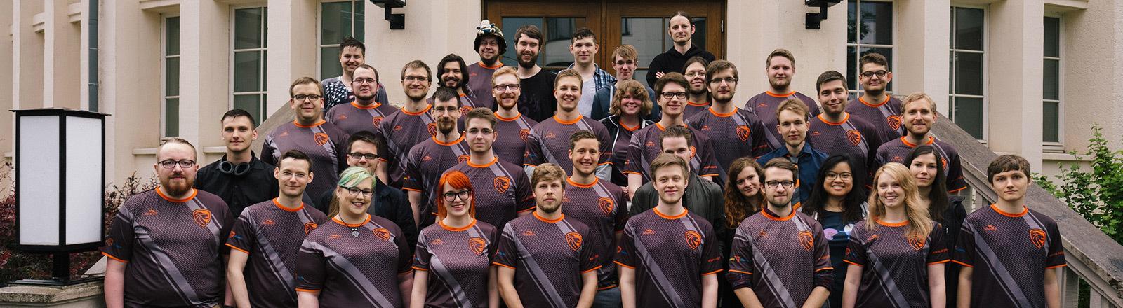 Gruppenfoto der Vereinsmitglieder des Vereins Leipzig eSports.