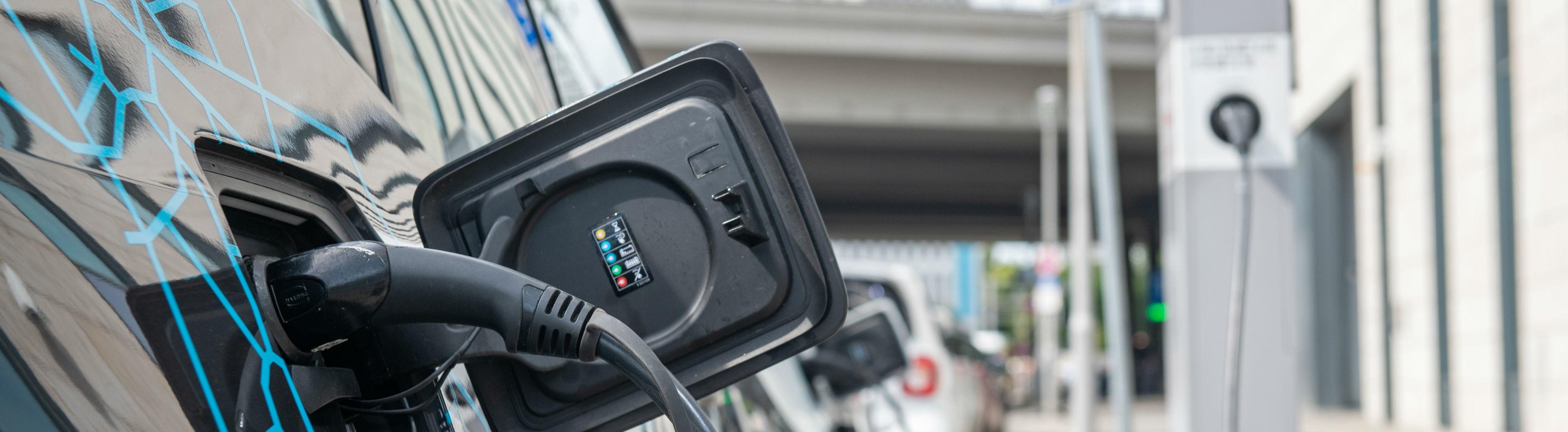 Ein Elektroauto steht an der Ladesäule. Davon gibt es in Deutschland immer noch überschaubar wenig.