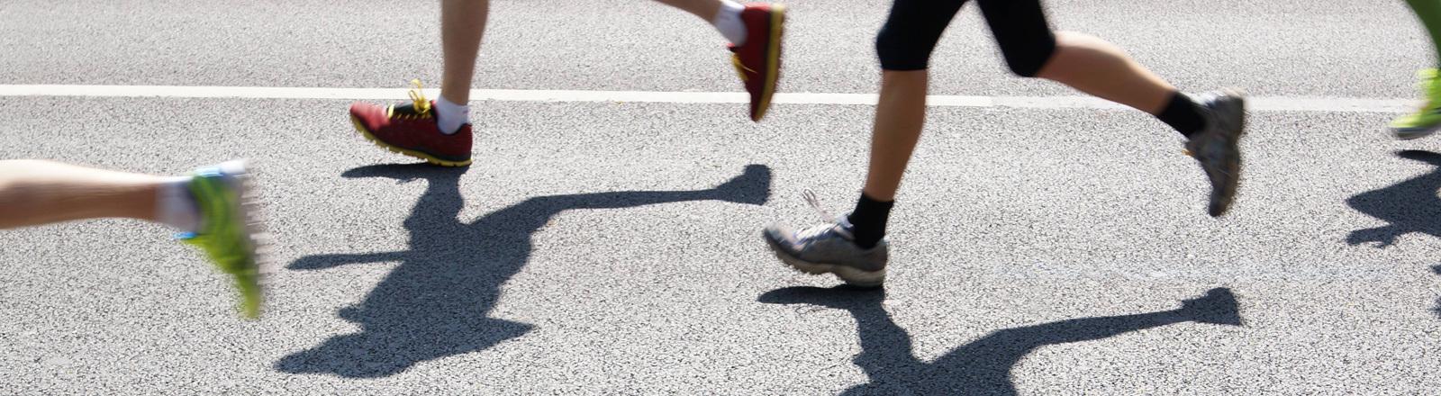 Läufer auf der Straße - man sieht nur die Schuhe.