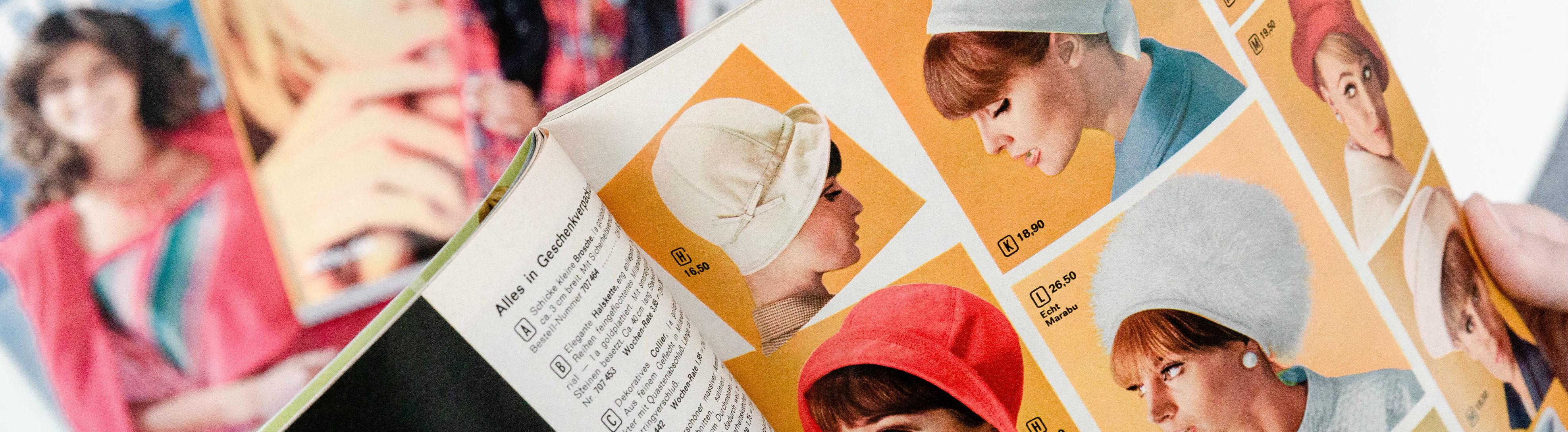 Eine Frau liest in einem Otto-Katalog.