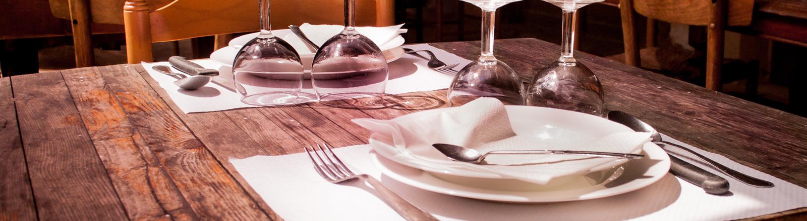 Ein leerer gedeckter Tisch im Restaurant.