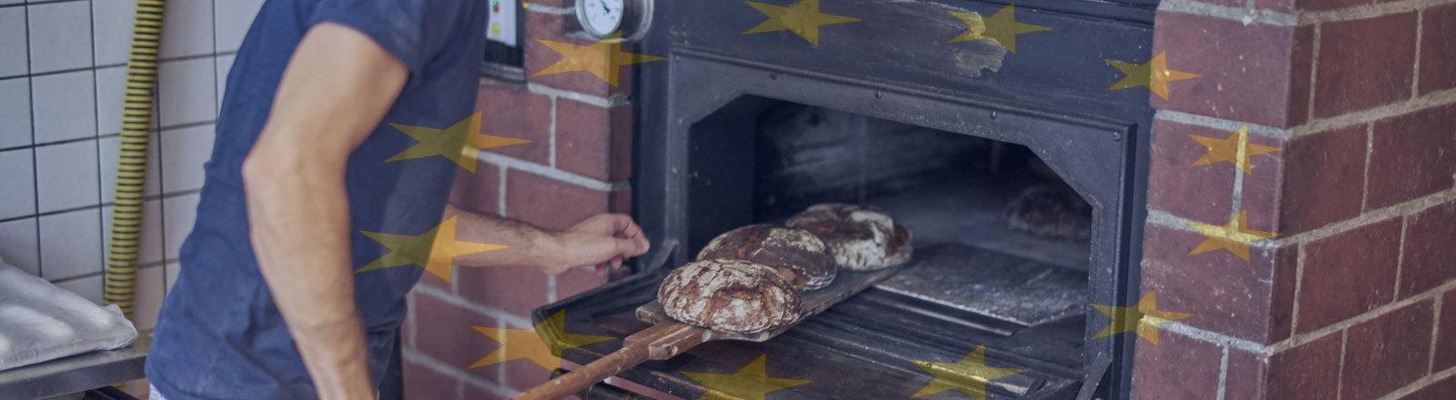 Bäcker schiebt Brot in den Ofen. Hintergrund Europaflagge