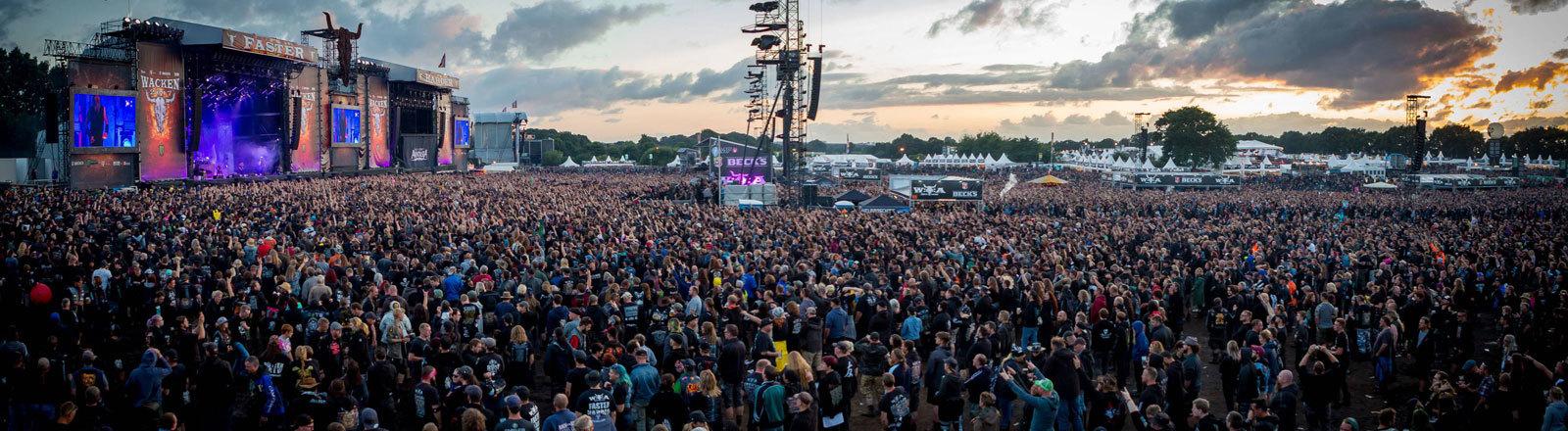 Zuschauer beim Openair-Festival Wacken.