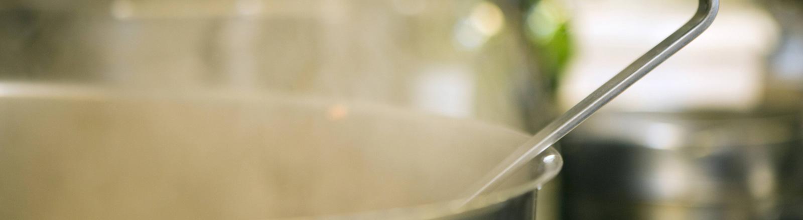 Arbeit in der Küche - ein dampfender Topf.