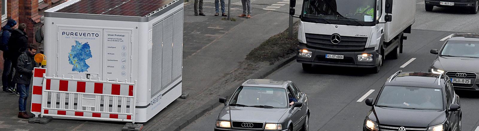 Schleswig-Holstein, Kiel: Der Prototyp eines Purevento Stadtluftreinigers steht an dem Theodor-Heuss-Ring (B76) in Sichtweite einer Luftmessstation. Hier wurde das System erstmals aufgestellt und soll in zirka sechs Wochen später im Reinigungsbetrieb getestet werden. Laut Hersteller kann das Gerät Feinstaub und Stickoxide aus der Luft filtern.