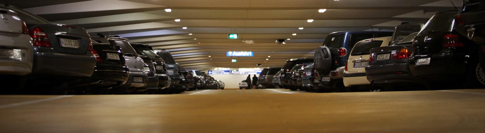 Autos stehen im Parkhaus am Kurhaus in Wiesbaden (17.11.2011); Foto: dpa