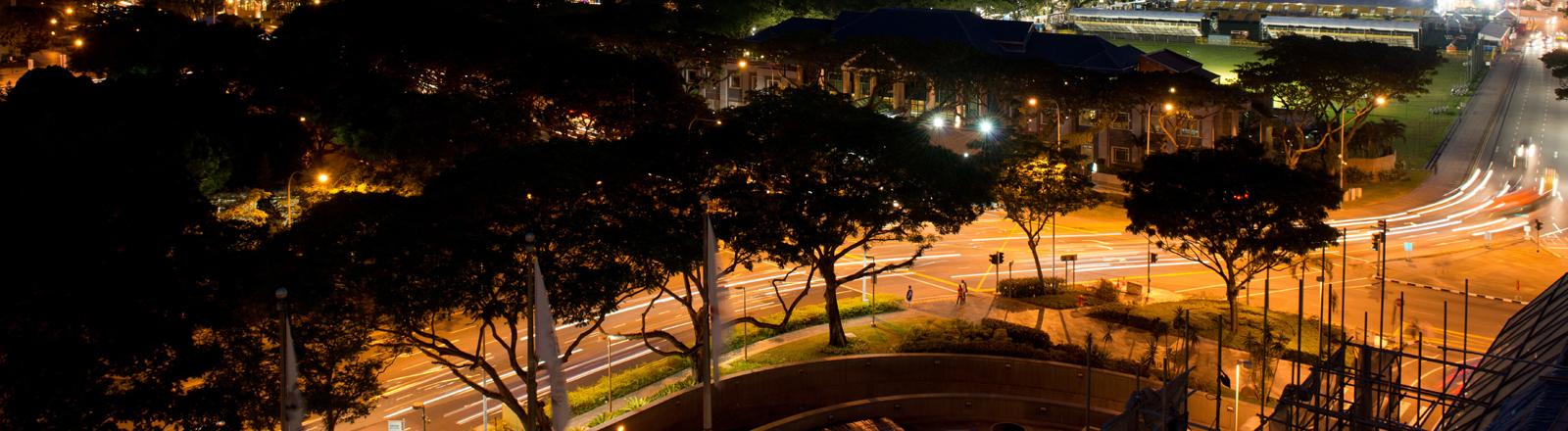 Skyline Singapur mit Straßen bei Nacht