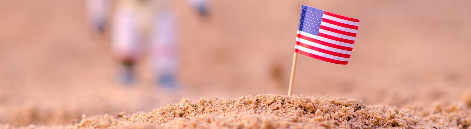 Amerikanische Flagge im Sand