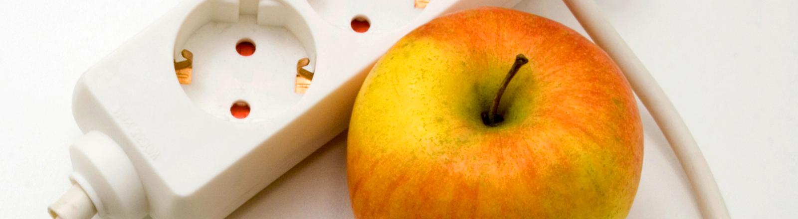 Apfel und Mehrfachsteckdose