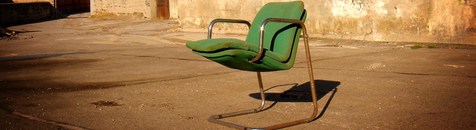 Alter Designerstuhl im Hinterhof