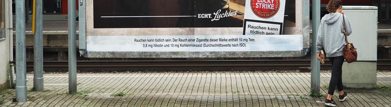 Tabakplakat am Bahnhof