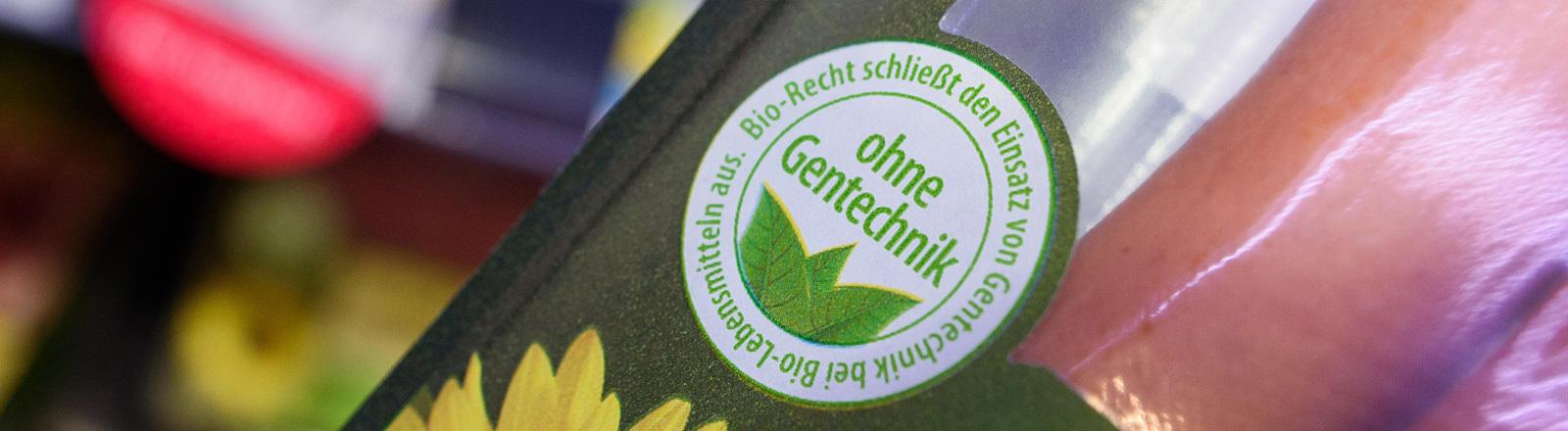 """Ein Ausschnitt einer Würstchenverpackung mit dem Siegel """"Ohne Gentechnik""""."""