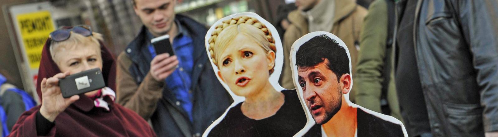 In Kiews stehen Pappaufsteller der Kandidaten für die Präsidentenwahl.