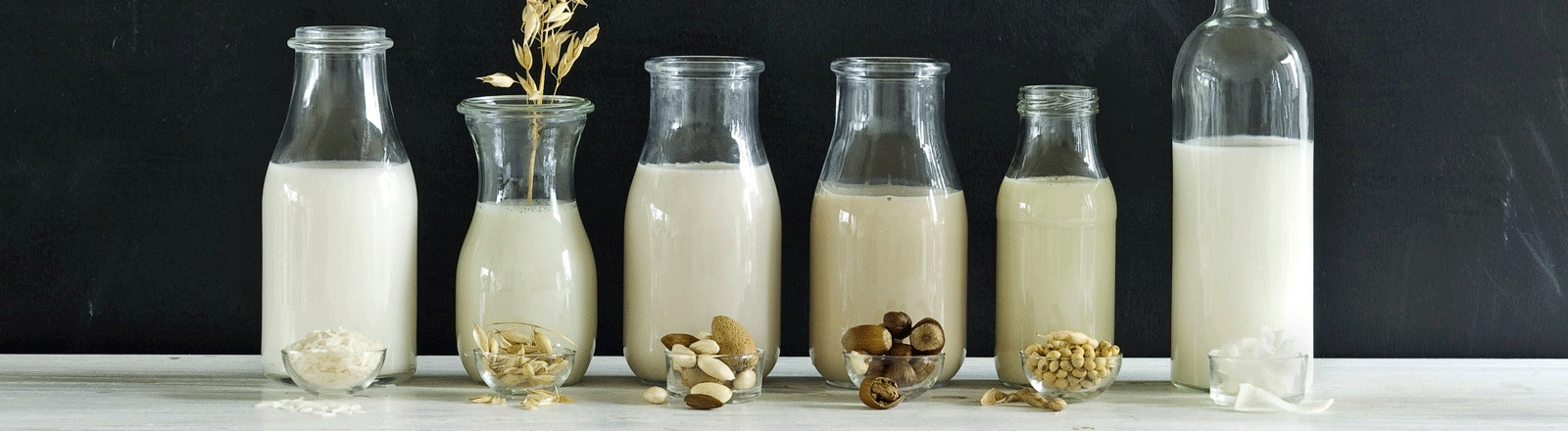 Selbstgemachte Milchvariationen. Unter anderem Mandel- Kokos, und Hafermilch.