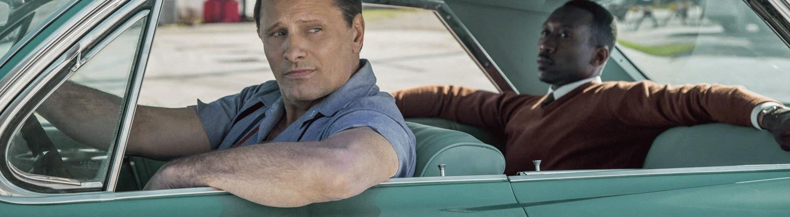 """Szene aus """"Green Book"""" mit den beiden Hauptdarstellern im Auto."""