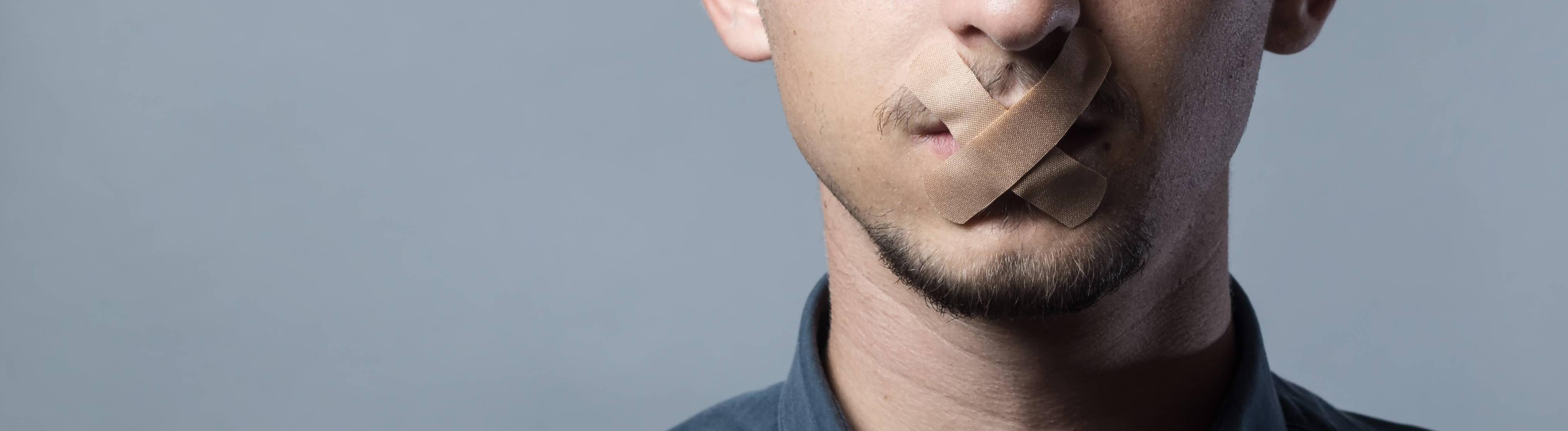 Mann mit Pflastern über dem Mund