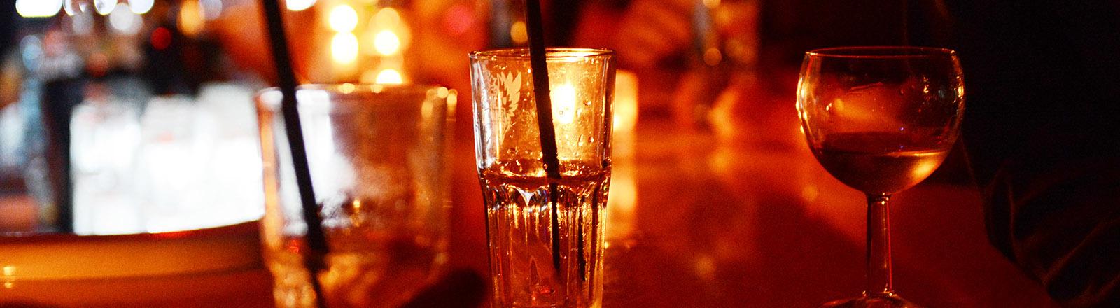 Verschiedene Gläser stehen auf einer Bar.