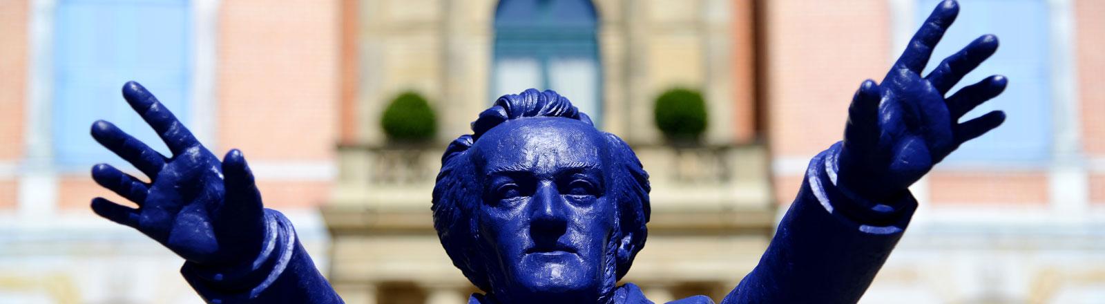 Eine Richard Wagner Statue vor dem Festspielhaus in Bayreuth.