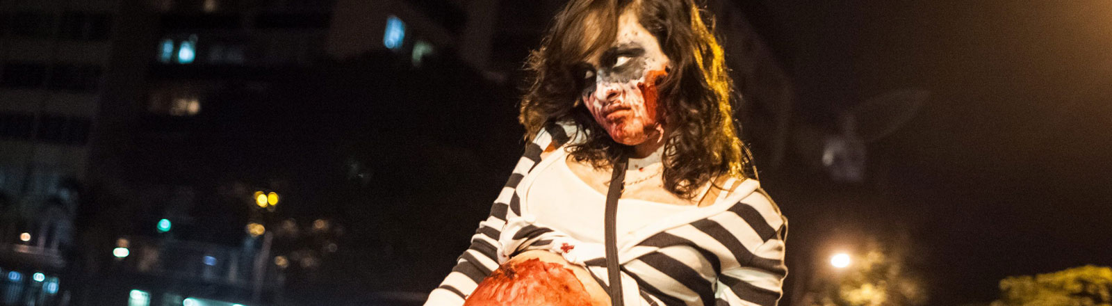 Eine Frau als Zombie verkleidet.