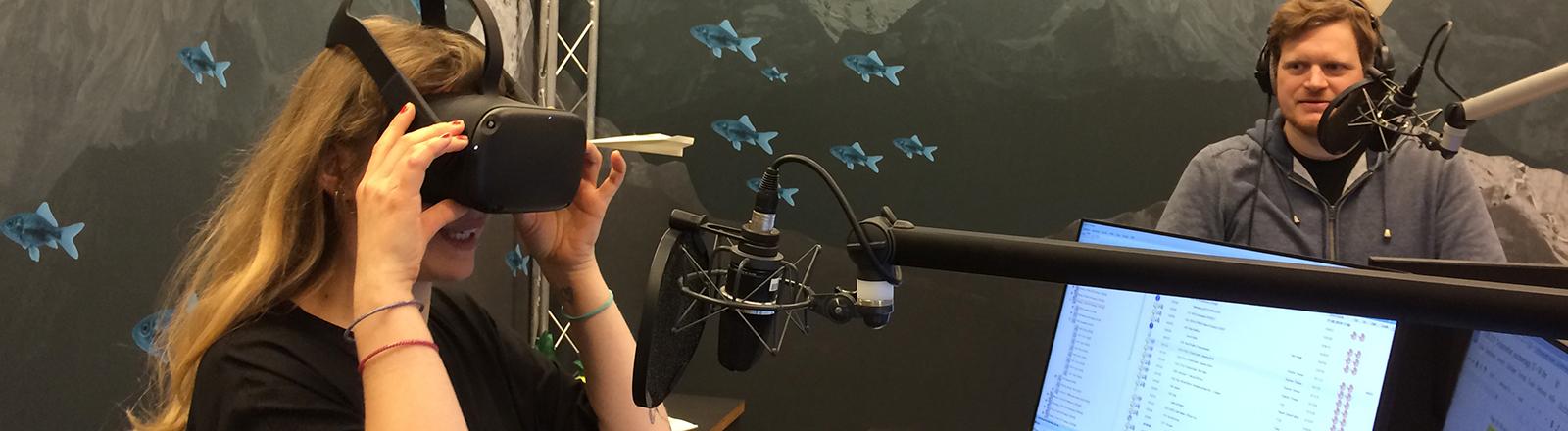 Moderatorin Jenni Gärtner testet die Oculus Quest im Studio.